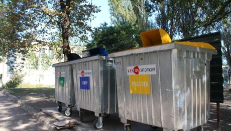 В запорізькій школі встановили контейнери для роздільного збору вторинної сировини