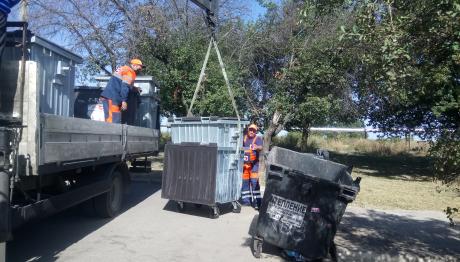 У селищі Тепличне компанія «ВЕЛЬТУМ» замінила старі понівечені сміттєві баки
