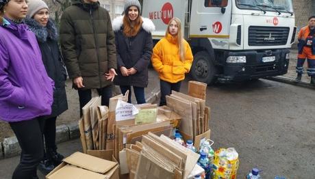 В запорожской гимназии №31 учащиеся сортируют мусор