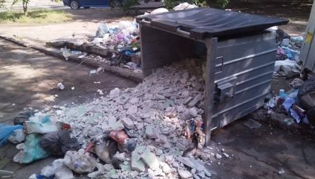 У Запоріжжі борються з «незаконним» сміттям на контейнерних майданчиках