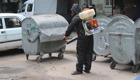 В Запорожье продолжается дезинфекция мусорных контейнеров