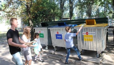 В запорожской гимназии детей учат сортировать мусор. Фото